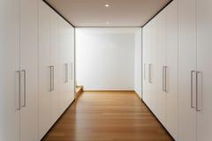 Innen-, langer Korridor mit Garderoben Stockfotos