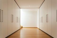 Innen-, langer Korridor mit Garderoben Lizenzfreie Stockfotos