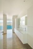 Innen-, modernes Badezimmer Stockfoto