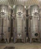 Innen vom großen slowakischen Produzenten des Weinherstellers. Moderne große Tonne für die Gärung. Stockfotos