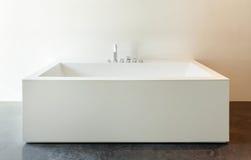 Innen-, weiße Badewanne Stockfotos