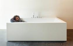 Innen-, weiße Badewanne mit Mann Lizenzfreies Stockfoto