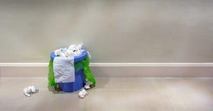 Innenabfalleimer, der mit Abfall überläuft stockfoto
