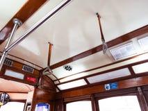 Innenansicht der berühmten leeren Tram 28, Dachdetail, touristischer Bestimmungsort par excellence in Lissabon stockfotos