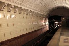 Innenansicht der U-Bahnstation stockfotos