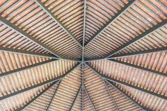 Innenansicht des Baus eines Dachsparrens und des Purlinsdachs Stockfotos