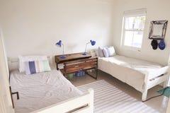 Innenansicht des schönen Lichtes und Airy Childs des Schlafzimmers lizenzfreies stockbild