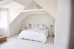 Innenansicht des schönen Lichtes und des Airy White Bedrooms lizenzfreie stockbilder