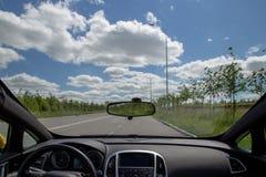 Innenansicht des Sportarmaturenbretts und des panoramischen Windfanges des autonomen Autos Fahren auf leere Stadtstraße ohne Verk lizenzfreies stockbild