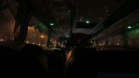 Innenansicht ein Bus nachts stock video