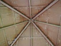 Innenansicht eines hölzernen Dachstuhls Lizenzfreies Stockfoto