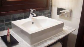 Innenansicht eines modernen Badezimmers im Vordergrund das Waschbecken stock video footage