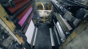 Innenansicht eines rollenden Mechanismus, der Papier verarbeitet stock video footage