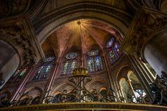 Innenansicht von Notre-Dame-Kathedrale, französische gotische Architektur in Paris stockbild