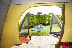 Innenansicht-Zelt, das heraus in Richtung des Picknicktischs blickt Lizenzfreie Stockfotos