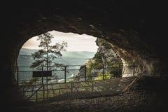 Innenansicht zur Naturlandschaft vom Loch der Höhle an der Gebirgsspitze Stockbild