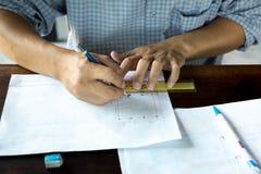 Innenarchitekt arbeitet an einer Handskizze unter Verwendung der Bleistifte und der Regel Stockbilder
