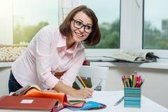 Innenarchitekt, am Arbeitsplatz im Büro mit Proben O Lizenzfreie Stockbilder