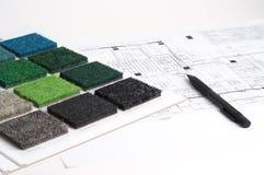 Innenarchitekt, der Farbe und Materialien wählt Stockfoto