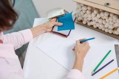 Innenarchitekt des Arbeitsplatzes Innenarchitekt zeichnet am Schreibtisch im Büro mit Bleistift Lizenzfreies Stockbild