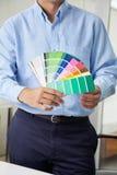 Innenarchitekt Holding Color Swatches Stockbilder