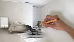 Innenarchitektkonzept des Architekten: Hand, die ein Entwurfsinnenprojekt zeichnet, während der Raum wirkliches, bequemes Schlafz lizenzfreies stockfoto