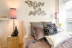 Innenarchitektur des bunten Schlafzimmers Lizenzfreie Stockbilder