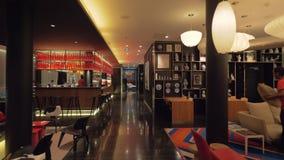 Innenarchitektur des CitizenM-Hotelaufenthaltsraums stock video footage