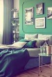 Innenarchitektur des wei?en, grauen und gr?nen noblen Schlafzimmers lizenzfreie stockfotografie