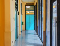 Innenarchitektur, leere Gehwege im bunten Gebäude der Weinlese, Museum in Bangkok Lizenzfreies Stockfoto