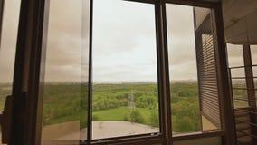 Innenarchitektur mit den großen Fenstern, die das grüne Gebirgsmassiv der Stadt übersehen Immobilien der Auslese Verkauf erwerb stock video footage