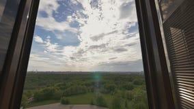 Innenarchitektur mit den großen Fenstern, die das grüne Gebirgsmassiv der Stadt übersehen Immobilien der Auslese Verkauf erwerb stock video