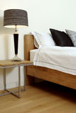 Innenarchitektur mit Lampe und Bett stockbild