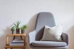 Innenarchitektur, modernes Leben, Lehnsessel, Succulents stockbild