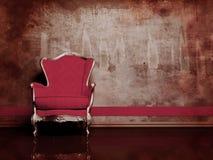 Innenarchitekturszene mit einem roten Retro- Lehnsessel Stockfotos