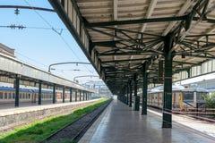 Innenaufnahme des Bahnterminalaufmachungsmetallbinders Haydarpasha und zwei farbiger gestoppter Züge, Kadikoy, Istanbul, die Türk Stockfoto
