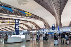 Innenaufnahme innerhalb des Passagierabfahrtanschlusses, internationaler Flughafen Kansais, Osaka, Japan Lizenzfreie Stockfotos