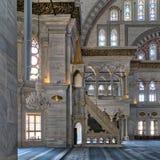 Innenaufnahme von Nuruosmaniye-Moschee mit minbar Plattform, Bögen u. färbte Buntglasfenster, Istanbul, die Türkei Lizenzfreies Stockfoto