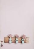 Innenausstattung mit Flaschen auf rosa Wand Stockbild