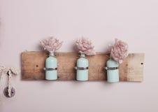Innenausstattung mit Flaschen auf rosa Wand Stockfotos