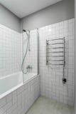 Innenbadezimmer mit erhitzten Handtuchhaltern, Dusche und Bad Lizenzfreie Stockfotos