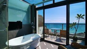 Innenbahnschuß des schönen Seeansichtbadezimmers stock video footage
