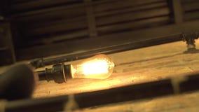Innenbeleuchtung von der glühenden Lampe, die auf Backsteinmauer hängt Helles Glühen hell von der Glühlampe auf Wand weinlese stock video