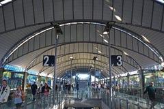 Innenbild von Sydney Olympic Park Railway Station mit künstlerischem Dachspitzen- und Plattformzahlzeichen Stockbilder