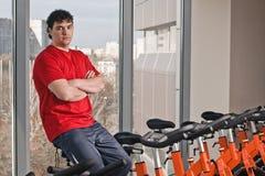 Innenbycicle, das in Gymnastik einen Kreislauf durchmacht Stockbilder