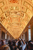 Innendecken in den Korridoren Vatikans stockfotos