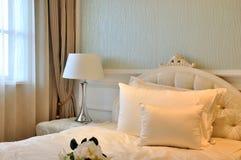 Innendekoration des eleganten Schlafzimmers im Weiß Lizenzfreies Stockbild