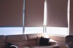 Inneneinrichtung mit Sofa und großen Fensterläden Stockfoto