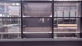 Innenfenster des symmetrischen Bürogebäudes lizenzfreies stockbild