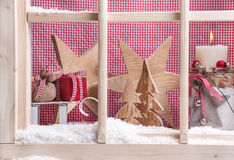 Innenfensterbrett Weihnachtsdekoration: Geschenke, Schnee, Kerze und Stockfoto